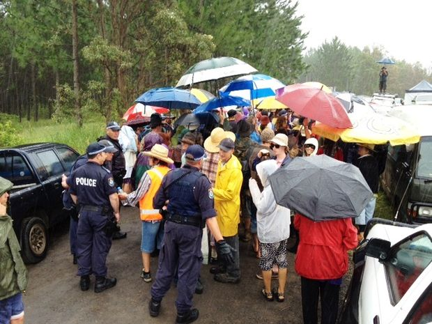 Approximately 300 protesters and an estimated 30 police at the Doubtful Creek CSG blockade await the arrival of Metgasco&squot;s drilling rig, currently en route from the Glenugie CSG site near Grafton.