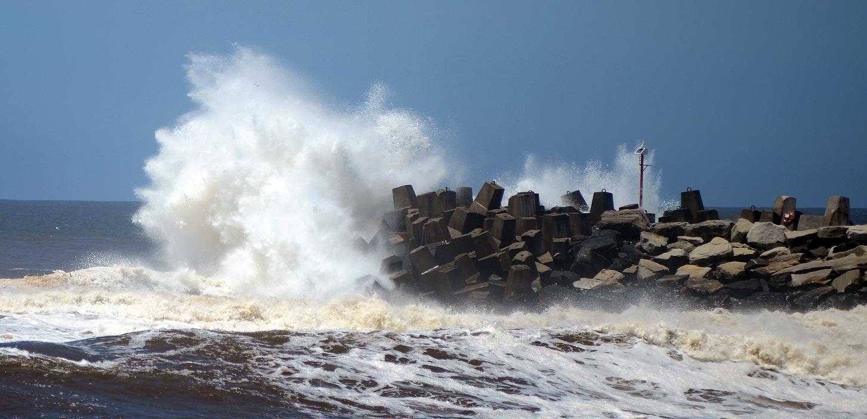 Heavy waves hit Ballina's south wall