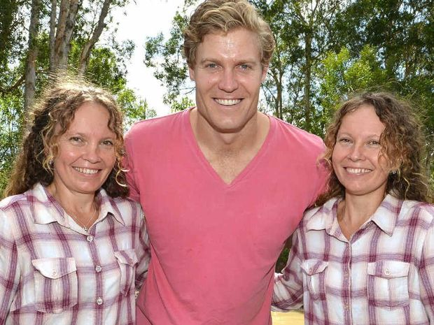 Bondi Vet Chris Brown visits Brigette and Paula Powers to see the great work the girls have been doing with injured birds.