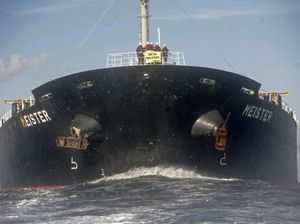 Greenpeace board coal ship near Great Barrier Reef