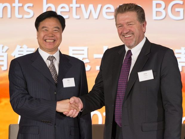 Wang Yilin of China National Offshore Oil Corporation and BG Group Chief Executive Chris Finlayson shake on the QCLNG deal. Photo Contributed