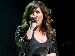Sweetest tweet of all: Kelly Clarkson pregnant