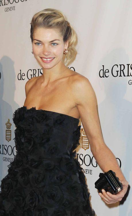 Top model Jessica Hart in black strapless dress.