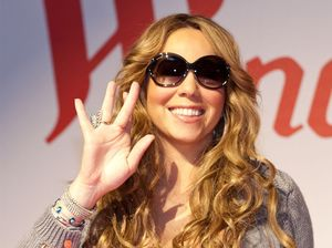 Mariah Carey performs despite injuries