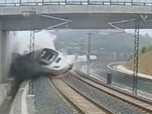 Video captures moment train derails in Spain