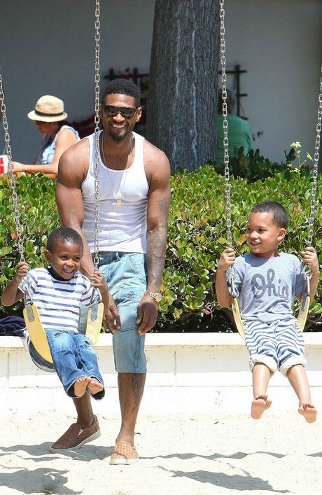 Usher with his sons Usher Raymond V (left) and Naviyd.