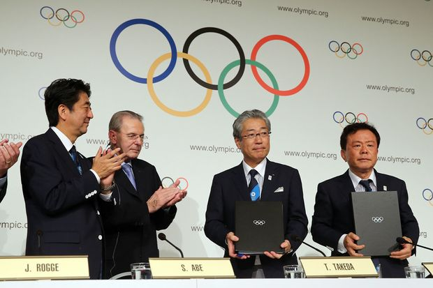 President of the IOC Jacques Rogge (2L), Prime Minister of Japan Shinzo Abe (L), President of the Tokyo 2020 Committee Tsunekazu Takeda (2R) and Governor of Tokyo, Naoki Inose (R) sign the host city contract after Tokyo is awarded the 2020 Summer Olympic Games during the 125th IOC Session - 2020 Olympics Host City Announcement at Hilton Hotel on September 7, 2013 in Buenos Aires, Argentina.