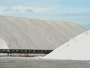 Slave labour claims as NT prisoners work in salt mine