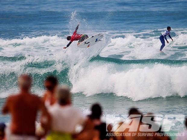 Julian Wilson (AUS) kept his roll going in Seignosse, advancing directly into the third round of competition.