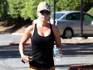 Kendra Wilkinson spotted without wedding ring