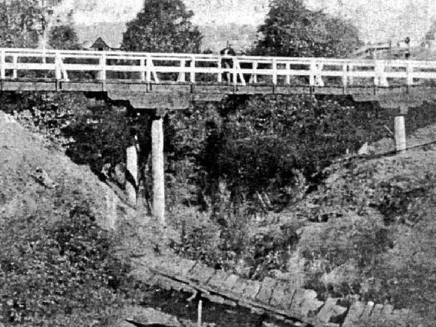 Browns Creek Bridge: Note the footbridge in the foreground.