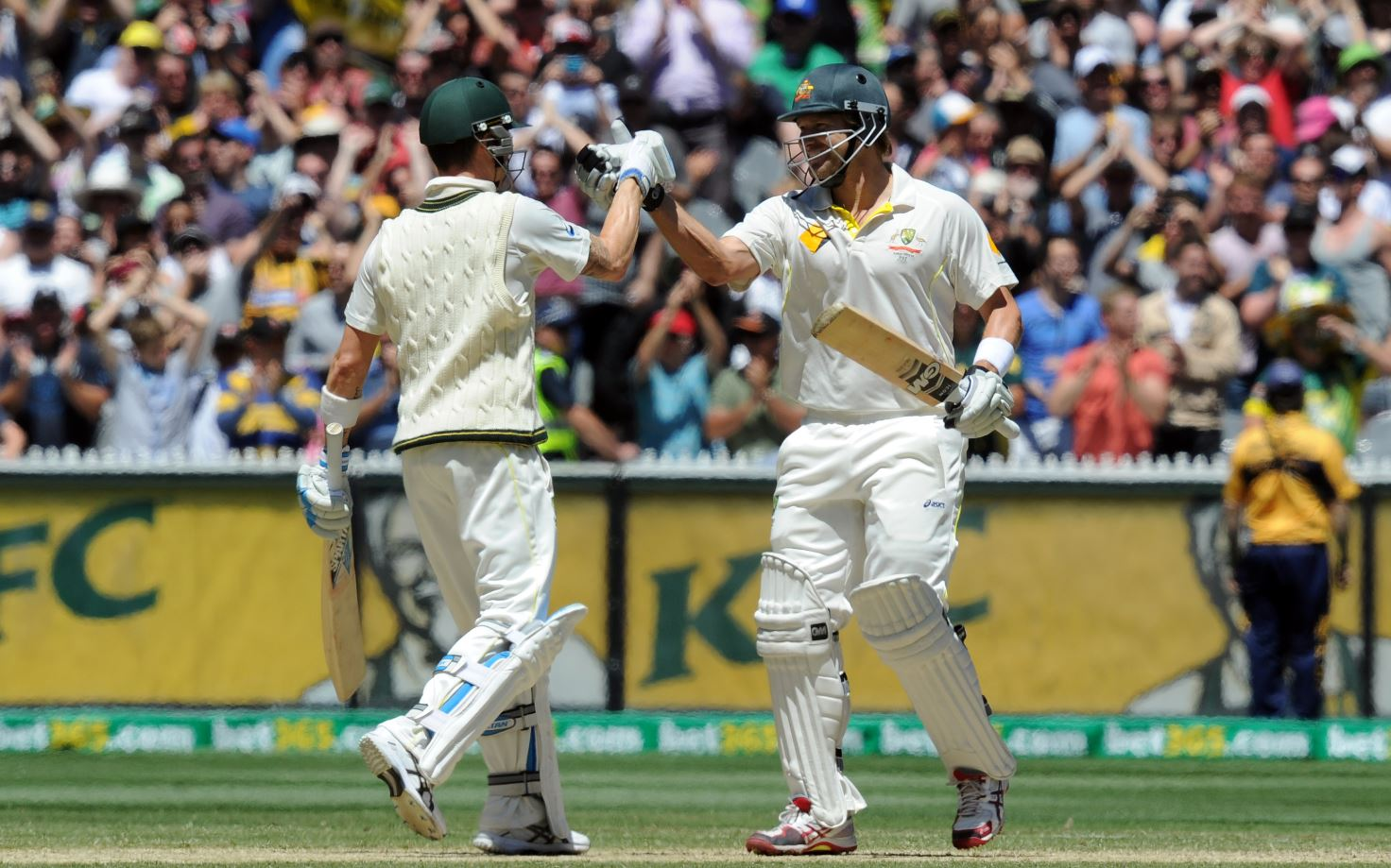 Australian batsman Shane Watson (R) and Michael Clarke shakes hands after winning the Boxing Day Ashes test at the MCG in Melbourne, Sunday, Dec. 29, 2013.