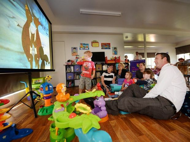 Jack Simpson (3), Christine Corbet (AP), Michelle Landry, Sienna Cooke(4), Raelene Ensby(umbrella), Joey Towson(4) and Patrick Williams(AP) enjoying the big screen. Photo Allan Reinikka / The Morning Bulletin
