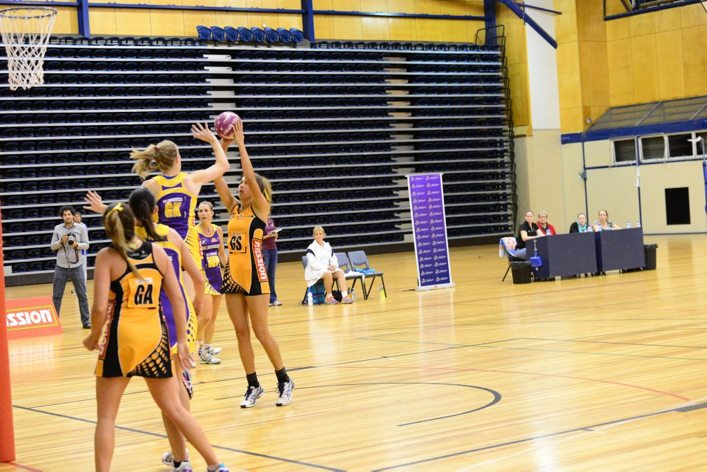 Capricorn Claws goal shooter Kira-Lee Leo lines up a shot. Photo Sharyn O'Neill / Morning Bulletin