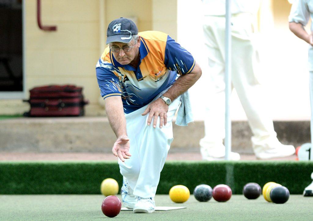 Viv Druery playing at Diggers Bowls Club. Photo Allan Reinikka / The Morning Bulletin