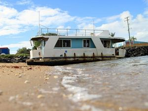 Abandoned boat owner in talks about salvage