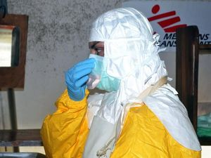 Ebola epidemic spreads as US doctor tests positive