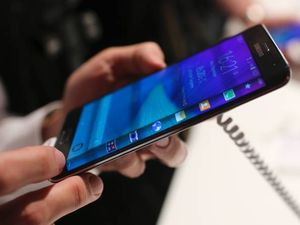 Samsung unveils curved screen Galaxy Note Edge, VR headset