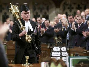 Canada gives hero's welcome to guard who shot gunman