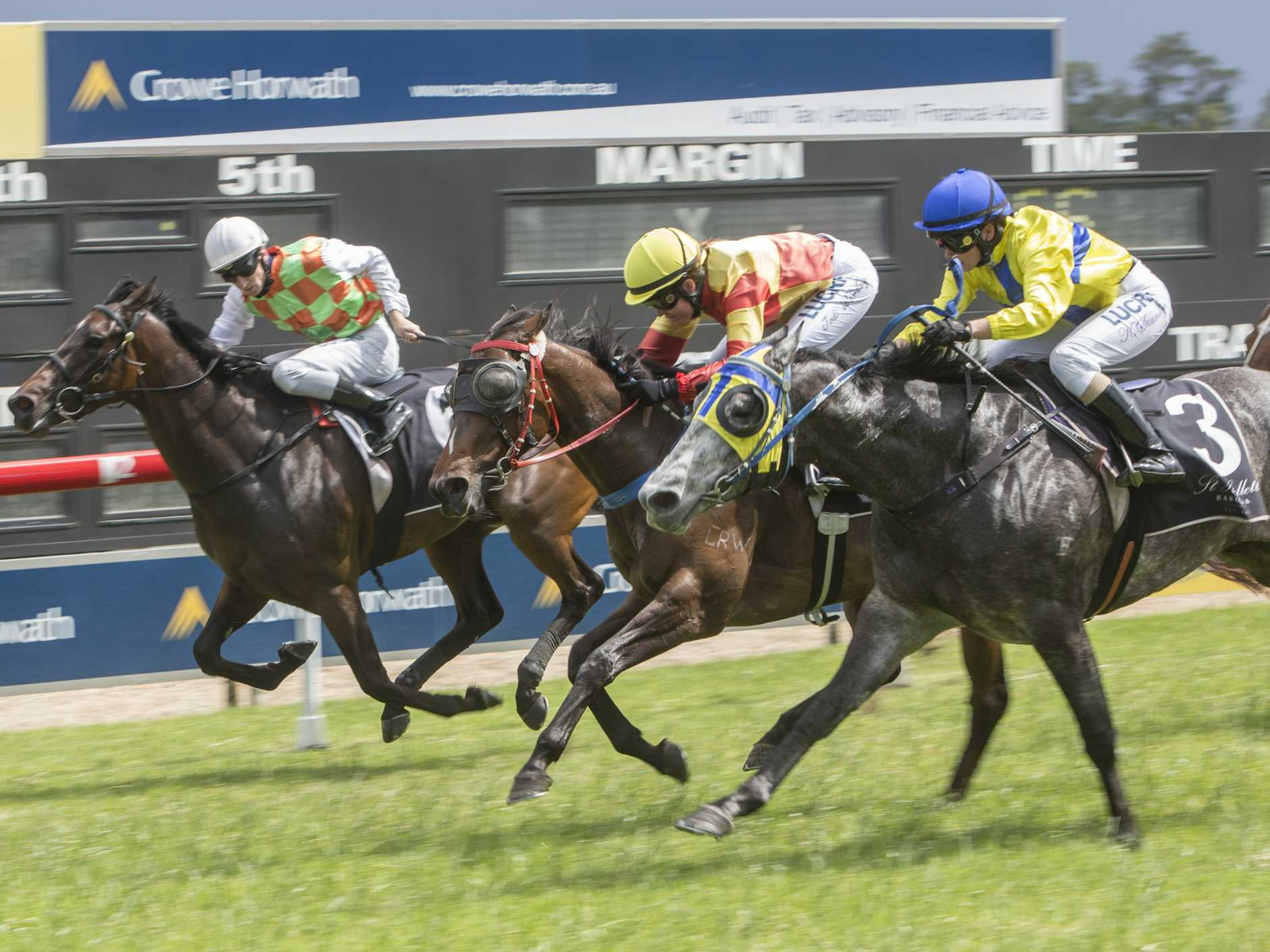 Arabian King (3) finishes hard out wide to win at Grafton earlier in the month.