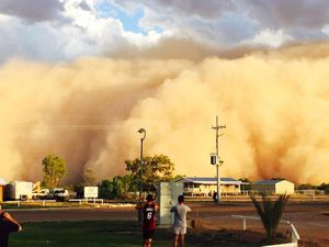 Huge dust storm puts Queensland town in darkness