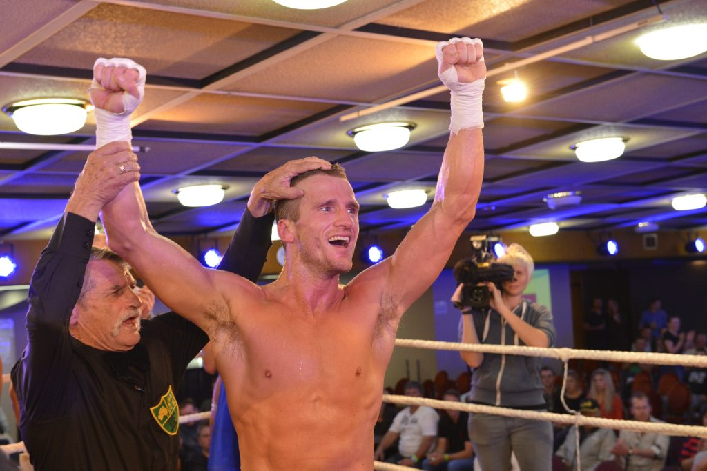 Toowoomba-trained fighter Les Sherrington will bid for the WBA Oceania middleweight title tomorrow night.