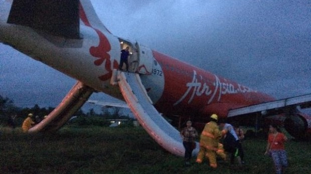 Jet Damazo-Santos tweeted this photo of passengers leaving the plane via emergency slides. Photo: Twitter.com/@jetdsantos