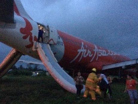 Jet Damazo-Santos tweeted this photo of passengers leaving the plane via emergency slides. Photo: Twitter.com/@jetdsantos