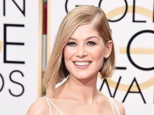 Gone Girl star's dress makes waves at Golden Globes
