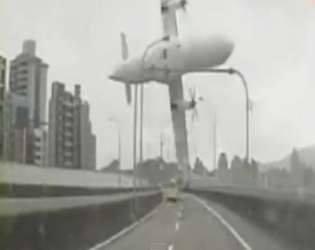The moment a plane hit a bridge in Taiwan's capital Taipei was captured on camera (still from YouTube).