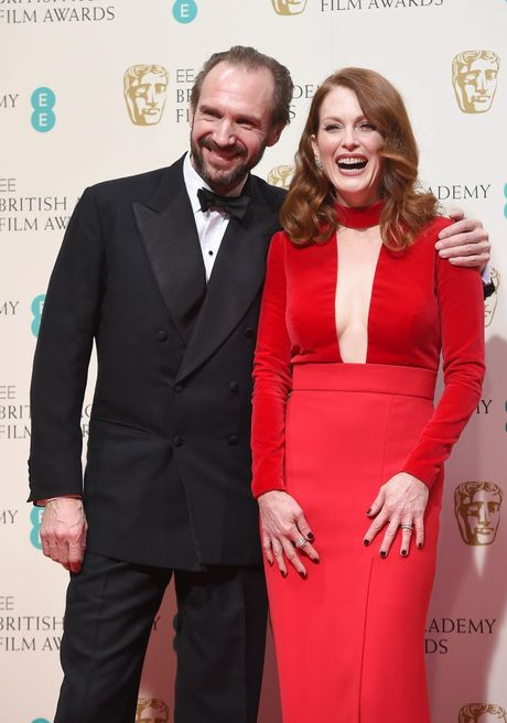 Ralph Fiennes and Julianne Moore pose in the press room after she won the Best Leading Actress award for Still Alice.