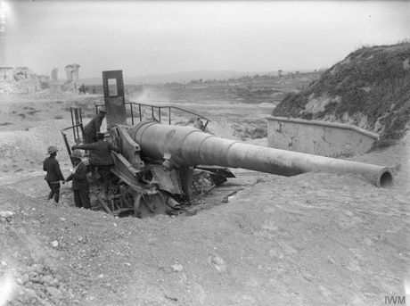 British soldiers examine a 9.4-inch coastal defence gun at a fort on Cape Helles, at the foot of the Gallipoli Peninsula, after a direct hit from one of the ships of the February naval assult.