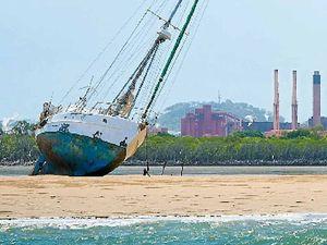 VIDEO: Sandbank holds yacht fast until tide rolls in