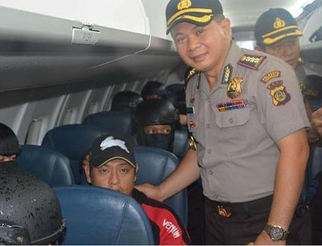 Denpasar police chief Djoko Hari Utomo has his photograph taken with Andrew Chan. Photo: Kompas TV