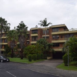 Man dies after falling from balcony at byron bay apartment for Balcony byron bay menu