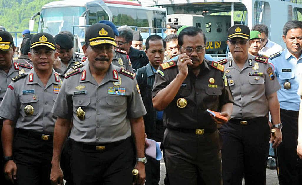 BIPARTISANSHIP ENDS: Indonesian Attorney-General, H.M. Prasetyo (second right) and National Police Chief General Badrodin Haiti on Nusakambangan Island.