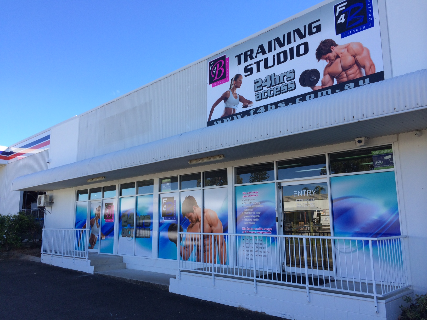 The owners of a Maroochydore gym say a man walked in to their business making demands with the handle of a suspected gun showing.