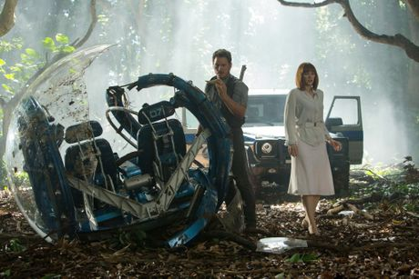 Chris Pratt and Bryce Dallas Howard in a scene from the movie Jurassic World.