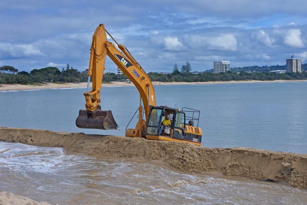 Sand dredging at Mooloolaba Beach. Photo: John McCutcheon / Sunshine Coast Daily