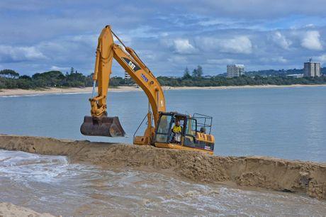 Sand dredging at Mooloolaba Beach. Photo: John McCutcheon / Sunshine Coast Daily
