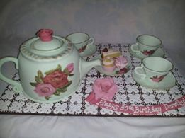 Believe it or not, this teapot set is a cake! It was made by Nicky Svensen.