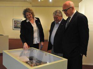 George Brandis sees Gladstone Regional Art Gallery and Museum
