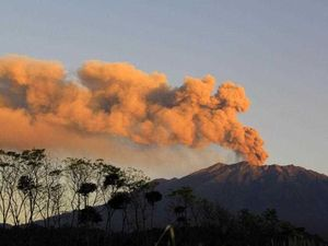 Ash over Bali continues to cause canceled flights