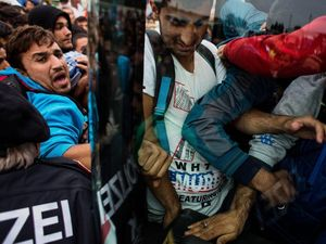 Waves of refugees head to Hungarian border