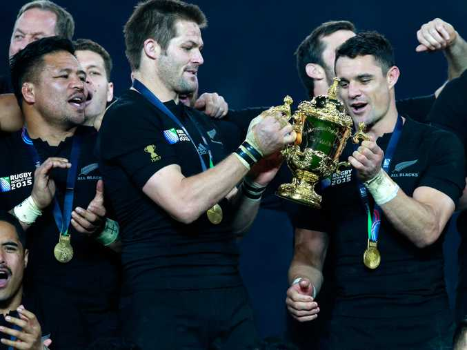 Richie McCaw and Dan Carter with the William Webb Ellis trophy.