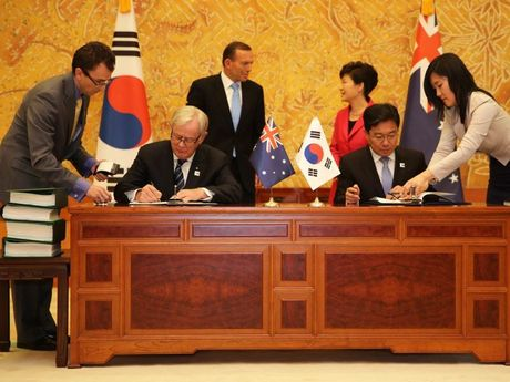 Minister for Trade and Investment Andrew Robb and Korea's Minister of Trade, Industry and Energy Yoon Sang-jick sign the Korea-Australia FTA as former Prime Minister Tony Abbott and Korean President Park Geun-hye watch on.