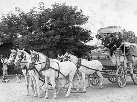 Cobb & Co. coach loaded and ready to leave Richmond, 1906. The driver was AE (Ted) Richards. (WRF Bolton Collection)
