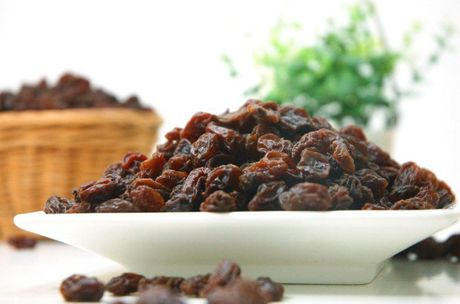 Raisins are poisonous for dogs.