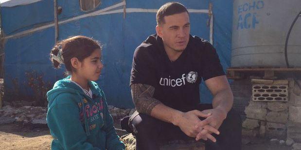 Refugee Fatima speaks to Sonny Bill Williams. Photo: UNICEF New Zealand/Twitter