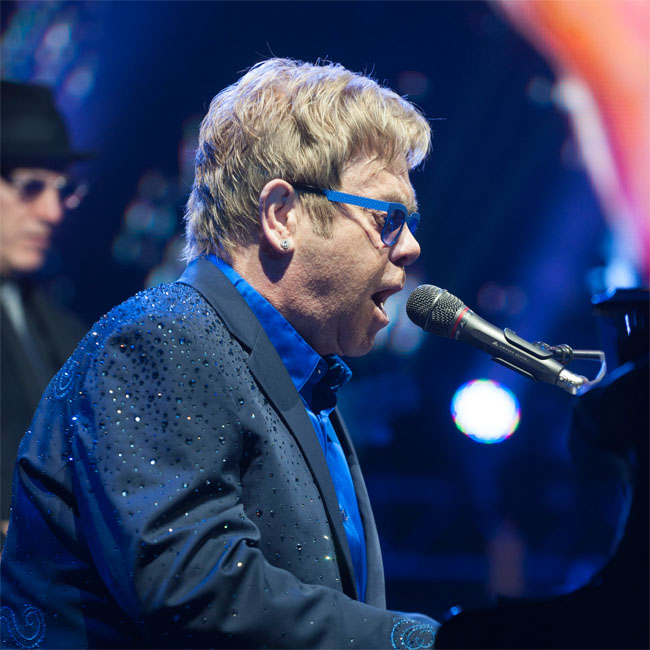 Sir Elton John has hit out at Janet Jackson and claimed she mimes at her live shows.